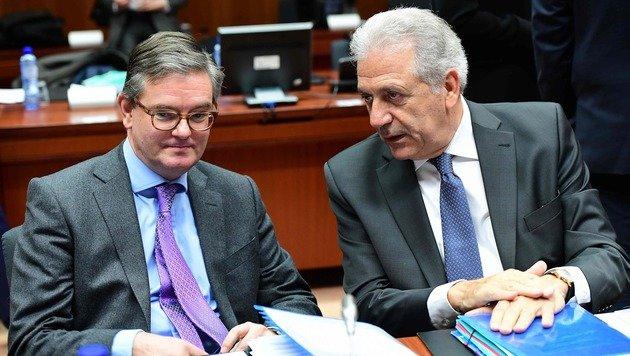 Die EU-Kommissare Julian King (links) und Dimitris Avramopoulos beim Innenministerrat (Bild: AFP)
