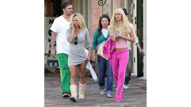 Pamela Anderson in UGG-ähnlichen Stiefeln und Paris Hilton in pinkfarbener Juicy-Hose im Jahr 2004 (Bild: Viennareport)
