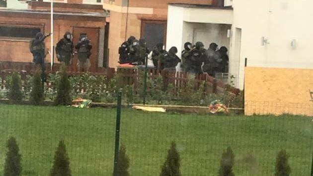"""Ein Trupp von zwölf Cobra-Beamten stürmte das Einfamilienhaus in NÖ. (Bild: """"Krone"""")"""