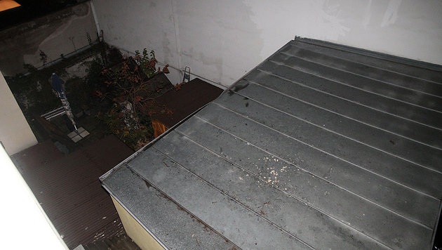 Die Vierjährige schlug auf dem Blechdach auf und musste von dort per Rettungswanne geborgen werden. (Bild: Andi Schiel)