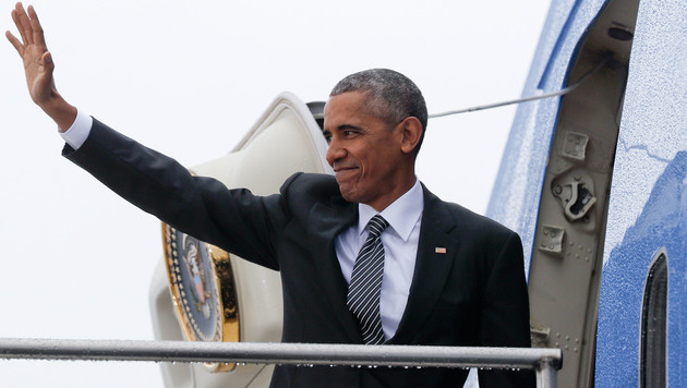 Obama winkt Goodbye! Am Freitagmittag startete seine Air Force One vom Flughafen Berlin-Tegel. (Bild: The Associated Press)