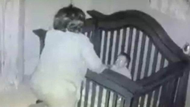 Zu guter Letzt waren die Bemühungen umsonst: Das Baby war wieder wach. (Bild: facebook.com)