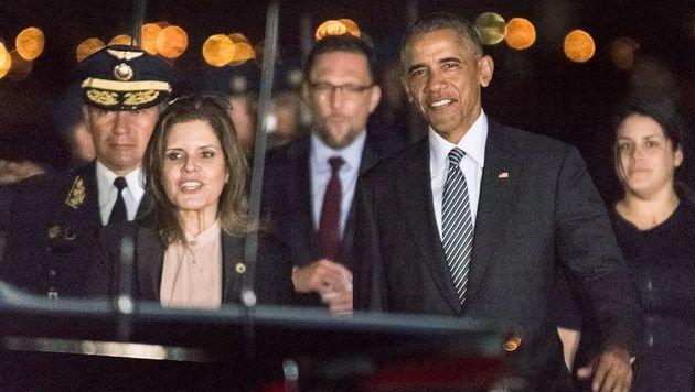 US-Präsident Obama mit der peruanischen Vizepräsidentin Mercedes Araoz am Flughafen von Lima (Bild: APA/AFP/APEC PERU 2016/STR)