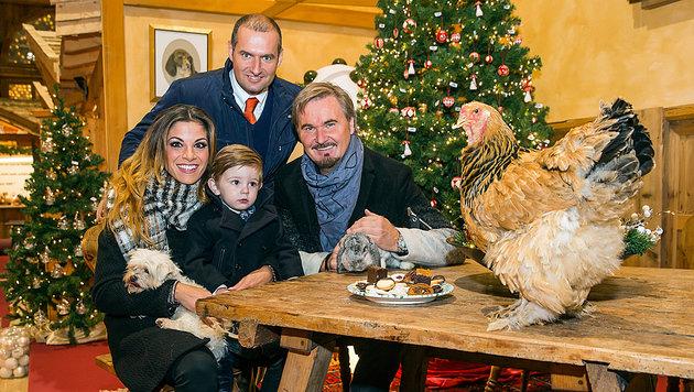 Dieter Ehrengruber mit Nik P. und dessen Familie (Bild: Neumayer)
