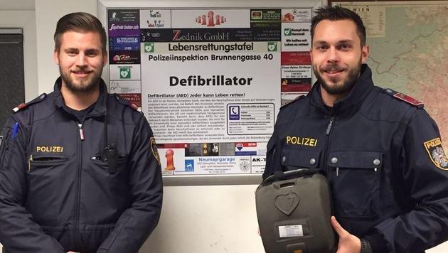 Die beiden Polizisten Christoph O. und Philipp S. eilten mit einem mobilen Defibrillator zu Hilfe. (Bild: LPD WIEN)
