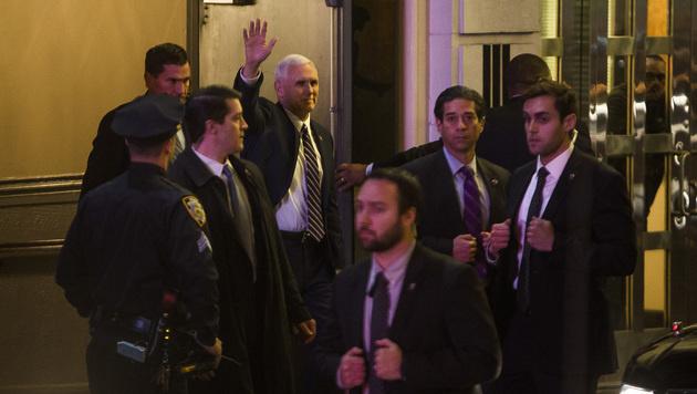 Mike Pence (winkend) beim Verlassen des Richard Rodgers Theatre (Bild: AP)