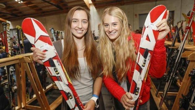 """Zwei Ski-Prinzessinnen beim Probieren und Gustieren: """"Wir schauen einmal durch."""" (Bild: Markus Tschepp)"""