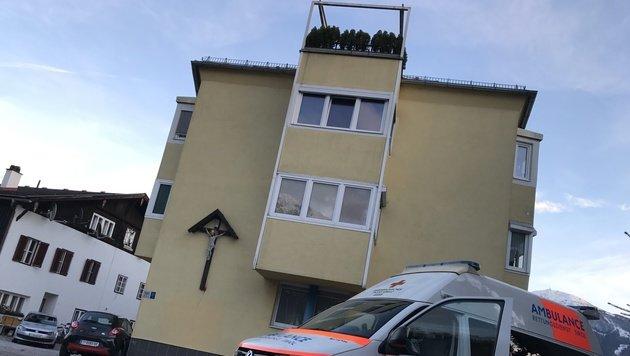 Die Fünfjährige hing an dem Geländer der Dachterrasse und stürzte über zehn Meter in die Tiefe. (Bild: zeitungsfoto.at/Daniel Liebl)