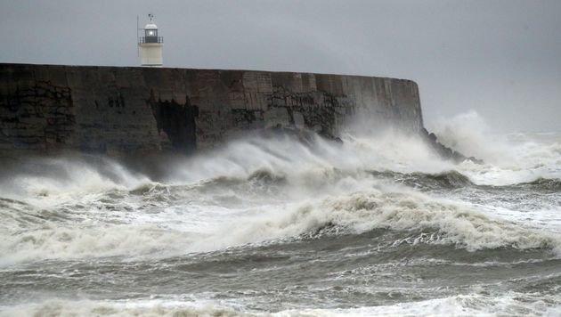 """Sturm """"Angus"""" sorgt für hohen Wellengang und zahlreiche Überflutungen an der südenglischen Küste. (Bild: ASSOCIATED PRESS)"""