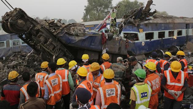 Zugunglück in Indien fordert über 140 Todesopfer (Bild: AP)
