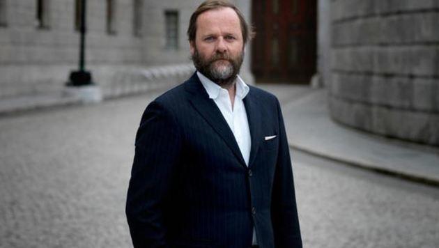 Abgeordneter Sepp Schellhorn vor dem Parlament in Wien (Bild: Ingo Pertramer)
