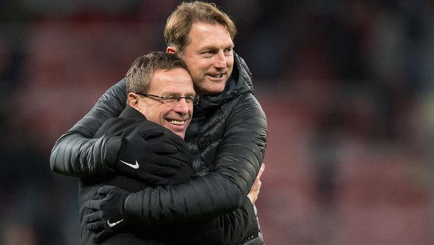 Sportdirektor Ralf Rangnick (links) und Trainer Ralph Hasenhüttl umarmen sich nach der Partie. (Bild: APA/dpa/Marius Becker)