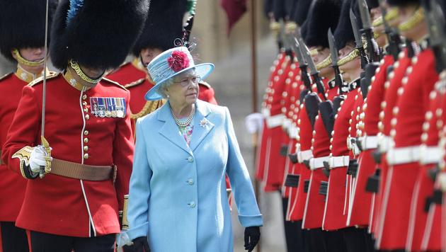 Queen Elizabeth inspiziert ihre Garde. (Bild: SHAUN CURRY/AFP/picturedesk.com)