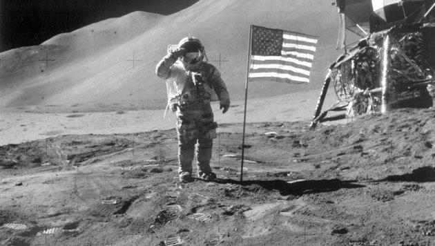 Apollo 15: James B. Irwin vor der US-Flagge im Jahr 1971 (Bild: NASA)