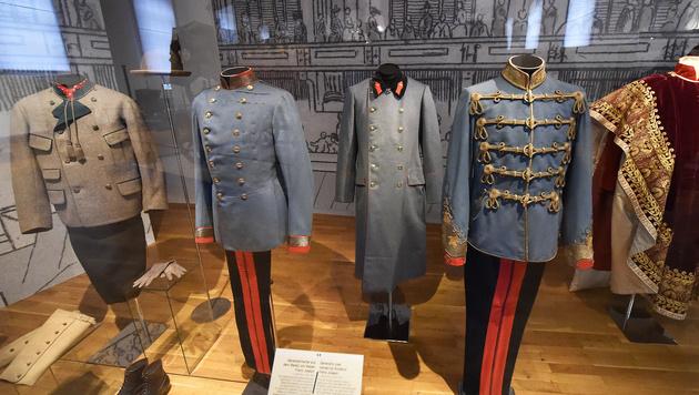 """Uniformen Kaiser Franz Josephs in der Ausstellung """"Franz Joseph 1830-1916"""" im Schloss Schönbrunn (Bild: APA/HELMUT FOHRINGER)"""