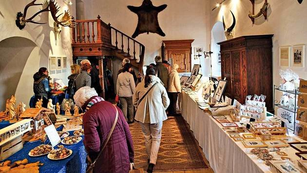 Die Besucher schlendern durch die Räume der Rosenburg. (Bild: Reinhard Holl)
