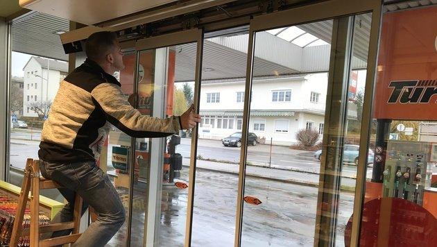 Die beschädigte Tür musste von Fachleuten repariert werden. (Bild: Christian Schulter)
