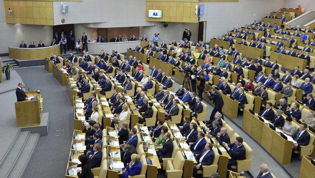 Russlands Staatschef Wladimir Putin spricht vor Duma-Abgeordneten. (Bild: AP)