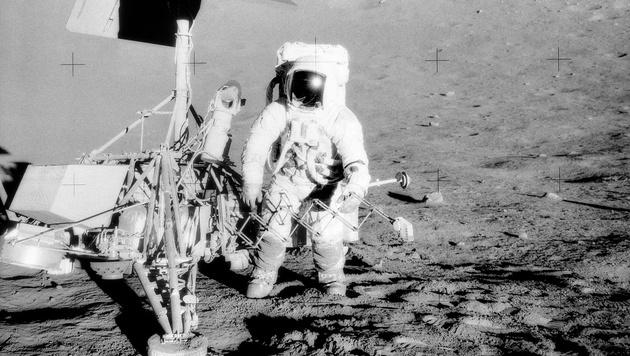Apollo 12: Charles Conrad neben der Raumsonde Surveyor 3 (Bild: NASA)