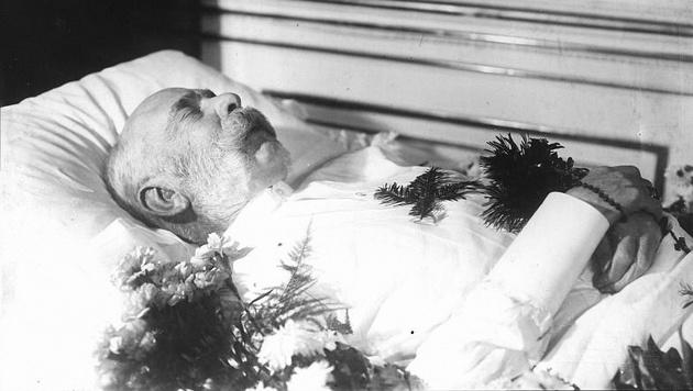 Kaiser Franz Joseph auf dem Totenbett (Bild: ONB Bildarchiv Austria)