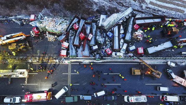 China: 17 Tote bei Massenkarambolage auf Autobahn (Bild: AP/Xinhua)