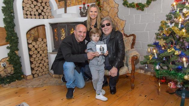 José Feliciano mit seinem Duett-Partner Fabian Schärf sowie Niki Neunteufel mit Gattin Brigitte (Bild: Andreas TISCHLER)