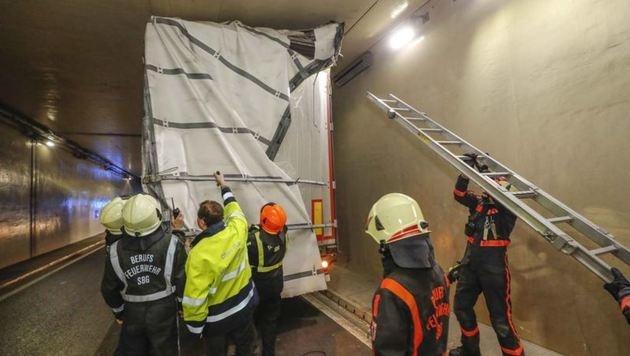 Ein ungarischer Lastwagen blieb bei der Einfahrt der renovierten Flughafen-Unterführung stecken. (Bild: Markus Tschepp)