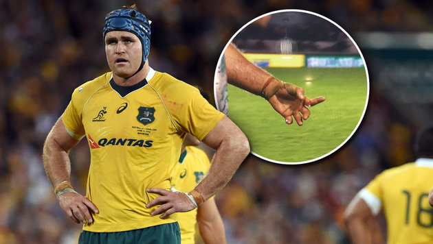 Rugby-Ass reißt sich beinahe den Finger ab! (Bild: APA/AFP/WILLIAM WEST, twitter.com)