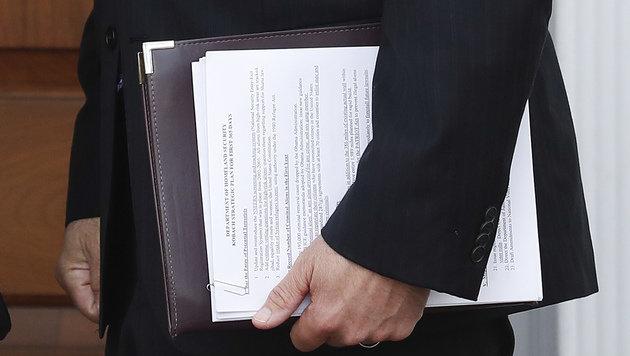 Ist es wirklich Zufall, dass das vertrauliche Anti-Terror-Dokument so offen gezeigt wird? (Bild: ASSOCIATED PRESS)