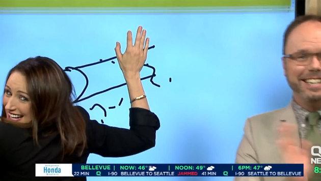 Mit vollem Körpereinsatz versuchte die Moderatorin ihr Werk zu verdecken. (Bild: YouTube.com)