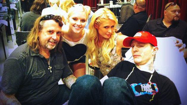 Tätowierer Mario Barth mit Paris Hilton und Lindsey Gayle (Bild: Viennareort)