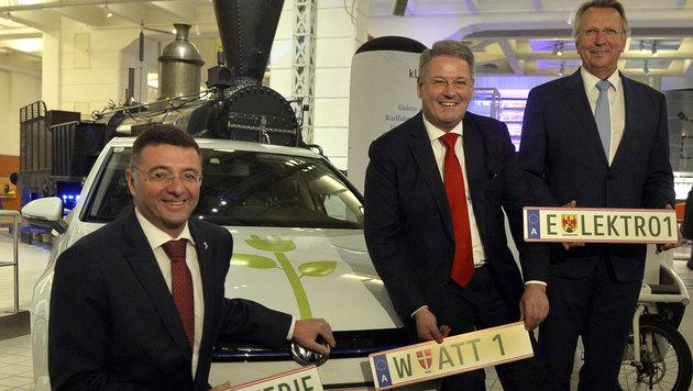 Verkehrsminister Jörg Leichtfried (links) und Umweltminister Andrä Rupprechter (Mitte) (Bild: APA/HERBERT PFARRHOFER)