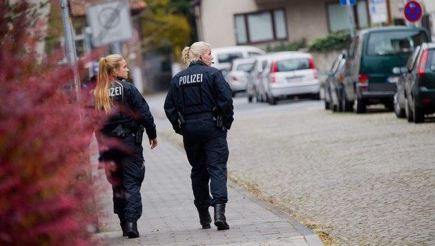 Polizistinnen in Hameln, wo die Wahnsinnstat nach wie vor für Entsetzen sorgt (Bild: EPA)