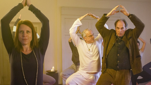 Kommissar Kluftinger (Herbert Knaup) sucht beim Yoga Entspannung. (Bild: ARD Degeto/BR/Hendrik Heiden)