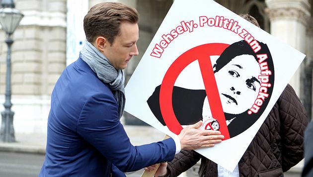 Wiens nicht amtsführender Stadtrat Gernot Blümel (ÖVP) mit dem Anti-Wehsely-Aufkleber (Bild: ÖVP Wien)