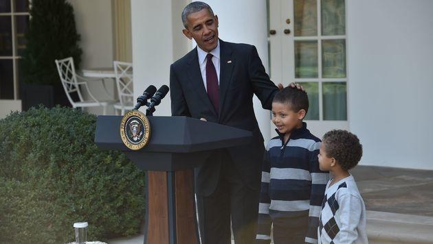 Barack Obama mit seinen beiden Neffen (Bild: APA/AFP/NICHOLAS KAMM)