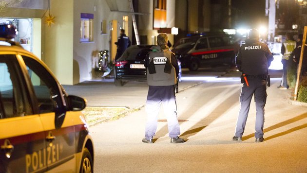 Die Polizei umstellte das Gebäude in Götzis, dann begann die Spezialeinheit mit der Durchsuchung. (Bild: Mathis Fotografie)