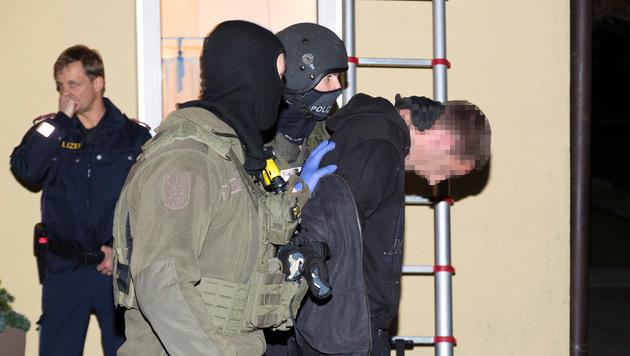 Einer der beiden Verdächtigen wird von den Cobra-Männern abgeführt. (Bild: Mathis Fotografie)