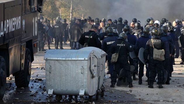Hunderte randalierende Flüchtlinge festgenommen (Bild: APA/AFP/STRINGER)