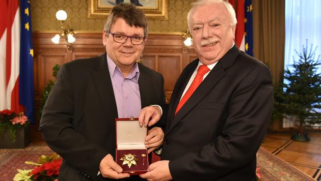 Bürgermeister Häupl verleiht Austria-Präsident Katzian das Goldene Ehrenzeichen der Stadt Wien. (Bild: FK Austria Wien / Christian JOBST)