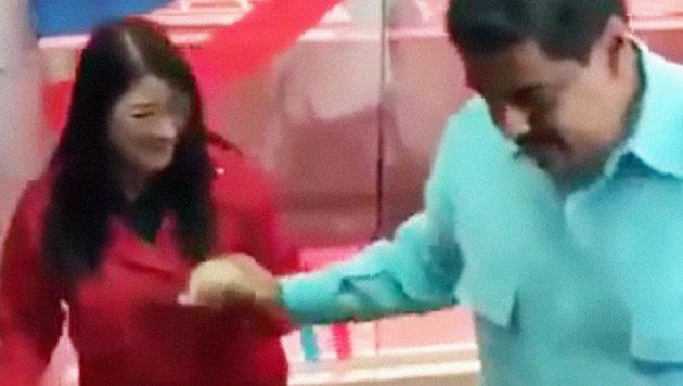 Präsident Maduro möchte offenbar die Krise gemeinsam mit seiner Frau Cilia Flores einfach wegtanzen. (Bild: YouTube.com/La Cronica de Hoy)