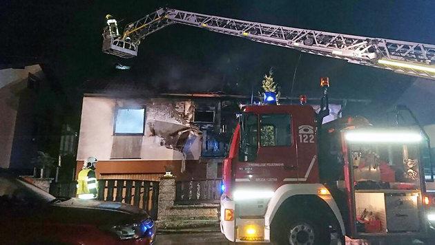 Drei Tote bei Brand in Einfamilienhaus (Bild: APA/BFKDO BRUCK/LEITHA/CHRISTIAN SCHULZ)
