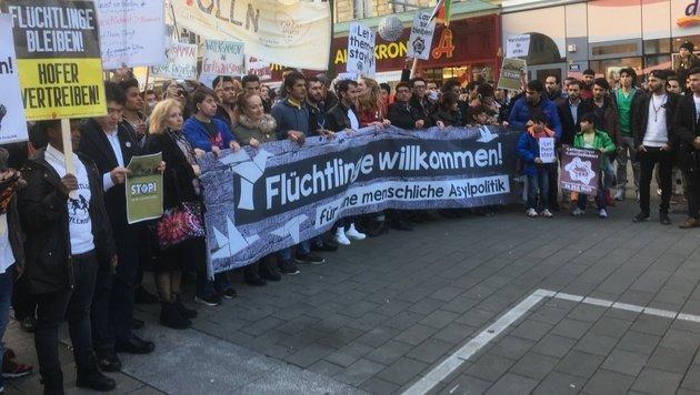 Flüchtlingsdemo in Wien: Chaos auf Shoppingmeile (Bild: krone.tv/Andre Wanne)