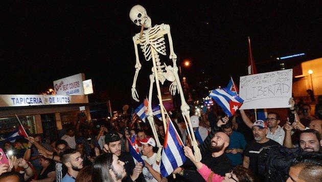 In Miami feierten Exil-Kubaner den Tod Fidel Castros (Bild: APA/AFP/GETTY IMAGES/Gustavo Caballero)