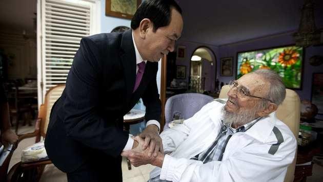 Vietnams Präsident Tran Dai Quang zu Besuch bei einem sichtlich gealterten Fidel Castro (Bild: AP)