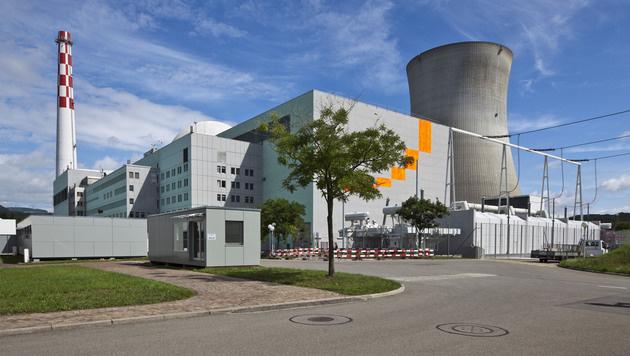 Maschinenhaus (links) und der Kühlturm des Kernkraftwerks Leibstadt (Bild: APA/MARTIN RUETSCHI/KEYSTONE)