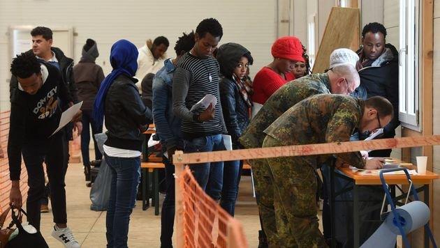 Halbe Mio. Flüchtlinge erhält bereits Sozialgeld (Bild: APA/AFP/CHRISTOF STACHE)