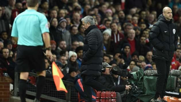 Mourinho muss bei ManU-Remis auf die Tribüne (Bild: AFP)