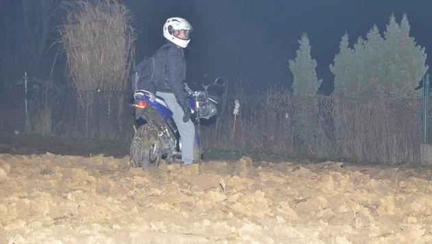 In einem Feld bei Güssing war die Verfolgungsjagd für diesen jungen Mopedlenker zu Ende. (Bild: Christian Schulter)