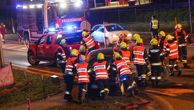 Zahlreiche Helfer waren bei der Unfallstelle in Alkoven im Einsatz. (Bild: laumat.at)